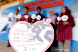 Lembaga DPRK Kota Banda Aceh bersama Dinas Kesehatan melakukan pendataan dan mengkampanyekan pencegahan penularan virus Hiv-Aids di Banda Aceh, Aceh, Jumat (17/1/2020). Kementerian Kesehatan memperkirakan sekitar 673 ribu warga di seluruh Indonesia terinfeksi HIV/AIDS dan yang telah terdata sekitar 378 ribu sementara sisanya 295 ribu (43,8 persen) belum terdata. Antara Aceh/Irwansyah Putra.