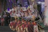 Penari menampilkan aksinya pada acara pembukaan Banyuwangi Culture Everyday di Gesibu Banyuwangi, Jawa Timur, Jumat (17/1/2020). Banyuwangi Culture Everyday merupakan progam pemerintah Kabupaten Banyuwangi untuk memberikan panggung bagi Seniman daerah dalam mengembangkan dan menampilkan seni kreasinya setiap hari. Antara Jatim/Budi Candra Setya/zk