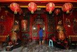 Warga mencuci patung dewa di klenteng Hok An Kiong di Jalan Coklat, Surabaya, Jawa Timur, Sabtu (18/1/2020). Sejumlah klenteng melakukan ritual pencucian patung dewa menjelang perayaan tahun baru Imlek 2571 yang jatuh pada Sabtu 25 Januari 2020. Antara Jatim/Didik/ZK