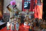 Petugas memandikan patung Dewa di Wihara Avalokitesvara, Pamekasan, Jawa Timur, Sabtu (18/01/2020). Ritual memandikan atau menyucikan patung yang dilakukan setahun sekali itu merupakan rangkaian dalam menyambut tahun baru Imlek. Antara Jatim/Saiful Bahri/zk.