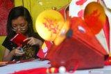Warga membuat lampion berbentuk tikus di kampung pecinan Tambak Bayan, Surabaya, Jawa Timur, Sabtu (18/1/2020). Pembuatan berbagai bentuk lampion itu untuk menyambut tahun baru Imlek 2571  yang jatuh pada Sabtu 25 Januari 2020. Antara Jatim/Didik/ZK
