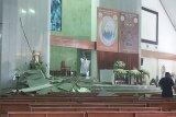 Sejumlah jemaat tertimpa plafon ambruk saat misa di Gereja MKK Meruya Jakbar