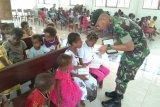 Prajurit TNI bantu mengajar di sekolah minggu di Gereja Injili Yabanda