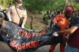 Mayat sudah jadi tengkorak dievakuasi dari sumur oleh Tim SAR Lombok Timur