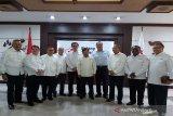 Ketua PMI Cabang Kalimantan Timur Drs. Sayid Irwan M. Hum (tiga dari kiri) sebagai anggota Tim Formatur Kepengurusan PMI periode 2019-2024 yang dipimpin Ketua PMI terpilih H.M Jusuf Kalla, nampak berfoto bersama dengan anggota Tim formtatur lainny serta pengurus PMI Pusat usai pelantikan di Jakarta Senin, 20 Januari 2020. dari  kiri-kanan : Nanan Sukarna, Sayid Irwan, Sudirman Said, Sofyan Wanandi, Rachmat (Sumut),  Jusuf Kalla, Chairul Tanjung, Ginanjar Kartasismita serta anggota tim formatur Zhadez (Papua) dan Ishak (Gorontalo). (Antaranews Kaltim/HO/Sayid Irwan)