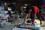 Pengrajin membuat tas anyam berbahan plastik daur ulang untuk dijual dengan harga  Rp6500 hingga 15.000 per buah di Ngawi, Jawa Timur, Senin (20/1/2020). Pengusaha tas anyam plastik daur ulang setempat mengaku, sejak sebulan terakhir permintaan barang kerajinan tersebut meningkat hingga 30 persen seiring makin meningkatnya kesadaran masyarakat tentang kecintaan lingkungan dengan penggunaaan bahan ramah lingkungan. Antara Jatim/Ari Bowo Sucipto/zk