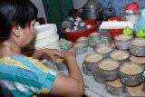 Pekerja mencetak adonan kue keranjang di industri rumahan kawasan Sidoarjo, Jawa Timur, Senin (20/1/2020).  Jelang perayaan Imlek pelaku usaha kue keranjang rumahan bisa memproduksi sebanyak 400 kue perhari dan dijual dengan harga Rp.17 ribu perbiji. Antara Jatim/Umarul Faruq/zk