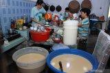 Pekerja membuat adonan kue keranjang di industri rumahan kawasan Sidoarjo, Jawa Timur, Senin (20/1/2020).  Jelang perayaan Imlek pelaku usaha kue keranjang rumahan bisa memproduksi sebanyak 400 kue perhari dan dijual dengan harga Rp.17 ribu perbiji. Antara Jatim/Umarul Faruq/zk