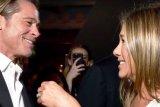 Brad Pitt kepergok sedang pandangi Jennifer Aniston