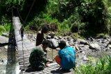 Babinsa Koramil Jila bersama warga kerja bakti perbaiki jembatan gantung