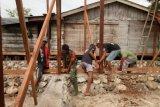 Prajurit TNI AD bantu warga bangun rumah di Keerom
