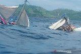 Kapal yang ditumpangi wartawan Istana terbalik dihantam ombak
