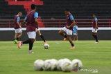 Pesepak bola PSM Makassar Ferdinand Sinaga (kedua kanan) memainkan bola bersama rekannya dalam sesi latihan menjelang pertandingan AFC Cup 2020 di Stadion I Wayan Dipta, Gianyar, Bali, Selasa (21/1/2020). PSM Makassar akan menghadapi klub Lalenok United, Timor Leste pada babak penyisihan atau play off AFC Cup 2020 di Bali pada Rabu (22/1). Antaranews Bali/Nyoman Budhiana.