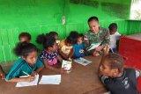 Prajurit TNI di perbatasan RI-PNG beri pelajaran tambahan siswa