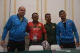 Pelatih sepak bola PSM Makassar Bojan Hodak (kiri) berfoto bersama Pelatih klub Lalenok United, Timor Leste Jantje Matmey (kedua kiri) pesepak bola Lalenok United Rufino Gama (kedua kanan) dan pesepak bola PSM Makassar Zulkifli Syukur (kanan) di sela konferensi pers menjelang pertandingan AFC Cup 2020 di Sanur, Bali, Selasa (21/1/2020). PSM Makassar akan menghadapi klub Lalenok United, Timor Leste pada babak play off AFC Cup 2020 di Bali pada Rabu (22/1). Antaranews Bali/Nyoman Budhiana.