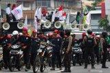 Ratusan buruh yang akan berunjuk rasa di DPRD Jawa timur melintas di Jalan Blauran, Surabaya, Jawa Timur, Senin (20/1/2020). Mereka menyerukan sejumlah aspirasi salah satunya menolak omnibus law ketenagakerjaan. Antara Jatim/Didik/ZK