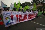 Ratusan buruh berunjuk rasa di DPRD Jawa timur, Jalan Indrapura, Surabaya, Jawa Timur, Senin (20/1/2020). Mereka menyerukan sejumlah aspirasi salah satunya menolak omnibus law ketenagakerjaan. Antara Jatim/Didik/ZK