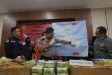 Karo Penmas Divisi Humas Polri Kombes Argo Yuwono (tengah) bersama dengan Wadir Narkotika Bareskrim Polri Kombes Pol. Krisno Halomoan Sirigar (kedua kiri) dan Jajarannya menunjukkan peta jalur peredaran narkoba saat konferensi pers pengungkapan pengiriman narkoba jaringan internasional Malaysia-Sumatera-Jakarta, di Bareskrim Polri, Jakarta, Selasa (21/1/2020). Pengiriman narkoba jenis sabu sebanyak 70 kg tersebut menggunakan modus pengiriman dalam kemasan kopi dan ikan asin untuk mengelabuhi petugas. ANTARA FOTO/Reno Esnir/foc.