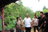 Bupati Solok tinjau rumah satu keluarga terkena longsor di Lubuk Selasih