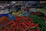 Pedagang menyiapkan cabai di Pasar Badung, Denpasar, Bali, Rabu (22/1/2020). Harga cabai di Bali mengalami kenaikan sejak awal bulan Januari 2020, yaitu cabai keriting dari Rp75.000 menjadi Rp90.000 per kilogram dan cabai besar dari Rp30.000 menjadi Rp100.000 per kilogram karena cuaca buruk yang berimbas pada stok cabai berkurang. ANTARA FOTO/Nyoman Hendra Wibowo/nym