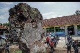 Pengunjung melihat sisa-sisa bangunan Keresidenan Sukapura sebagai heritage cikal bakal terbentuknya pemerintah daerah Tasikmalaya di Sukaraja, Kabupaten Tasikmalaya, Jawa Barat, Rabu (22/1/2020). Puing bangunan itu adalah reruntuhan kediaman Adipati Raden Tumenggung Wiradadaha yang merupakan pimpinan pertama Keresidenan Sukapura tahun 1632 M atau sekarang dikenal sebagai wilayah Tasikmalaya, Jawa Barat. ANTARA FOTO/Adeng Bustomi/nym.