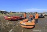 Personel Polair dan BPBD Indramayu menyiapkan perahu karet untuk melakukan pencarian nelayan yang tenggelam di pantai Dadap, Juntinyuat, Indramayu, Jawa Barat, Rabu (22/1/2020). Seorang nelayan bernama Masroni (35) yang merupakan ABK KM Cawuk terjatuh akibat diterjang ombak setinggi 2 meter ketika menjaring ikan. ANTARA JABAR/Dedhez Anggara/agr