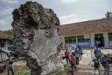 Pengunjung melihat sisa-sisa bangunan Keresidenan Sukapura sebagai heritage cikal bakal terbentuknya pemerintah daerah Tasikmalaya di Sukaraja, Kabupaten Tasikmalaya, Jawa Barat, Rabu (22/1/2020). Puing bangunan itu adalah reruntuhan kediaman Adipati Raden Tumenggung Wiradadaha yang merupakan pimpinan pertama Keresidenan Sukapura tahun 1632 M atau sekarang dikenal sebagai wilayah Tasikmalaya, Jawa Barat. ANTARA JABAR/Adeng Bustomi/agr