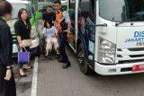 Petugas Sudinhub Jaksel tolong ibu hamil yang hampir pingsan di jalan menggunakan mobil derek