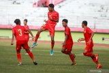 Pesepak bola timnas Indonesia U-16 marselino Ferdinan (kedua kiri) melakukan selebrasi seusai mencetak gol ke gawang PSBK Blitar U-17 di Stadion Gelora Delta Sidoarjo, Jawa Timur, Kamis (23/1/2020). Timnas Indonesia U-16 berhasil mengalahkan tim PSBK Blitar U-17 dengan skor akhir 5-1 Antara Jatim/Umarul Faruq/zk