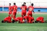 Sejumlah pesepak bola timnas Indonesia U-16 melakukan selebrasi seusai mencetak gol ke gawang PSBK Blitar U-17 di Stadion Gelora Delta Sidoarjo, Jawa Timur, Kamis (23/1/2020). Timnas Indonesia U-16 berhasil mengalahkan tim PSBK Blitar U-17 dengan skor akhir 5-1 Antara Jatim/Umarul Faruq/zk