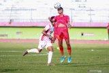 Pesepak bola timnas Indonesia U-16 Marselino Ferdinan (kanan) mendapat hadangan pesepakbola PSBK Blitar U-17 Ramadhani Bimo Satrio Wibowo (kiri) di Stadion Gelora Delta Sidoarjo, Jawa Timur, Kamis (23/1/2020). Timnas Indonesia U-16 berhasil mengalahkan tim PSBK Blitar U-17 dengan skor akhir 5-1 Antara Jatim/Umarul Faruq/zk