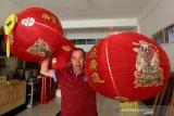 Petugas membawa lampion untuk menghias tempat ibadah vihara Dharma Bakti menjelang perayaan tahun baru Imlek di Banda Aceh, Aceh, Kamis (23/1/2020). Untuk memeriahkan perayaan tahun baru Imlek 2571 pada 25 Januari mendatang berbagai persiapan telah dilakukan warga keturunan Tionghoa di daerah yang telah memberlakukan hukum syariat islam itu. Antara Aceh/Irwansyah Putra.