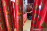 Petugas menata lilin berukuran besar pesanan warga keturunan Tionghoa yang baru tiba di Vihara Dharma Bakti, Banda Aceh, Aceh, Kamis (23/1/2020). Untuk memenuhi permintaan lilin berukuran besar bagi warga keturunan Tionghoa guna kebutuhan ibadah pada perayaan tahun baru imlek 2571 di daerah yang telah memberlakukan hukum syariat islam itu didatangkan dari Kota Medan, Sumatra Utara dan pulau Jawa dengan harga Rp250 ribu hingga Rp3 juta per pasang. Antara Aceh/Irwansyah Putra