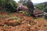 Rumah mantan kepala jorong  Koto Hilalang  tertimbun longsor