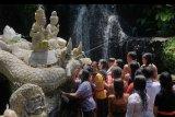 Warga Hindu antre untuk melakukan ritual penyucian diri dalam rangkaian hari Siwaratri di kawasan mata air Beji Griya Punggul, Badung, Bali, Jumat (24/1/2020). Umat Hindu merayakan hari Siwaratri yaitu hari renungan/ introspeksi diri, penyucian dan persembahyangan sejak Kamis (23/1). ANTARA FOTO/Nyoman Hendra Wibowo/nym.