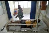 Seorang pasien diduga menderita Middle East Respiratory Syndrome Coronavirus (Mers Corv), berada di ruang isolasi RSUP Dr.M.Djamil Padang, Sumatera Barat, Jumat (24/1/2020). RSUP Dr M.Djamil Padang merawat seorang pasien yang mengalami demam, batuk dan sesak napas sepulang dari luar negeri, yang diduga Suspect Mers Corv. ANTARA FOTO/Iggoy el Fitra/nym.