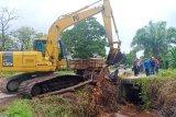 Pemkab Kotim kerahkan alat berat bersihkan saluran air cegah banjir