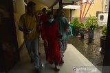Ibu mantan Bupati Mojokerto Mustofa Kamal Pasa (MKP), Fatimah (kanan) bersama pembantu rumah tangganya (tengah) usai diperiksa penyidik Komisi Pemberantasan Korupsi (KPK) di Mapolresta Mojokerto, Jawa Timur, Jumat (24/1/2020). KPK terus mendalami kasus Tindak Pidana Pencucian Uang (TPPU) dengan tersangka mantan Bupati Mojokerto Mustofa Kamal Pasa (MKP) dengan melakukan pemeriksaan orang dekat, pejabat serta pihak keluarga untuk mengetahui sumber keuangan MKP. Antara Jatim/Syaiful Arif/zk