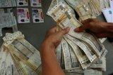 Polisi menunjukkan barang bukti saat ungkap kasus pemalsuan dokumen di Polrestabes Surabaya, Jawa Timur, Kamis (23/1/2020). Polrestabes Surabaya menangkap tiga tersangka atas kasus dugaan pemalsuan dokumen Surat Ijin Mengemudi serta surat tanda lunas pajak kendaraan bermotor dan mengamankan sejumlah barang bukti beberapa diantaranya 198 lembar tanda lunas pajak kendaraan, sembilan lembar STNK bekas dan satu buah SIM B1 Umum diduga palsu. Antara Jatim/Didik/Zk
