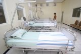 Petugas memeriksa fasilitas dan peralatan di Ruang Isolasi Khusus (RIK) RSUD Dokter Soetomo, Surabaya, Jawa Timur, Jumat (24/1/2020). Sebagai pusat rujukan tertinggi di Indonesia Timur, khususnya di Jawa Timur, RSUD Dr Soetomo siap membentuk tim medis khusus dan mempunyai fasilitas enam RIK yang dua diantaranya memiliki tekanan udara negatif untuk merawat pasien dengan gejala infeksi kronis seperti halnya virus Corona. Antara Jatim/Moch Asim/zk.