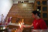 Warga etnis Tionghoa membakar dupa, lilin dan uang kertas didepan papan arwah saat melaksanakan ibadah sembayang leluhur di vihara Maitri, Banda Aceh, Aceh, Jumat (24/1/2020). Sembahyang leluhur yang dilaksanakan setiap menjelang perayaan Imlek selain dilakukan untuk menghormati dan mendoakan arwah leluhur juga menunjukkan bakti kepada saudara yang telah meninggal serta wujud memperkokoh persatuan dalam keluarga yang segaris keturunan. Antara Aceh/Irwansyah Putra.