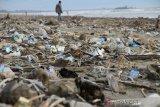 Pengunjung berada di kawasan objek wisata pantai yang dipenuhi sampah di Desa Peunaga Rayeuk, Kecamatan Meureubo, Aceh Barat, Aceh, Jumat (24/1/2020). Keberadaan sampah di pantai tersebut selain dapat menganggu ke indahan pantai juga dapat menganggu aktivitas pengunjung dan wisatawan. Antara Aceh/Syifa Yulinnas.