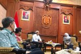 Gubernur Jawa Timur Khofifah Indar Parawansa (kanan) saat menerima kunjungan CEO Antara Digital Media, Darmadi (tiga kiri) di Gedung Negara Grahadi di Surabaya, Jumat (24/1/2020). LKBN ANTARA memperkenalkan channel layanan ke publik untuk di dalam maupun luar ruang sekaligus meningkatkan kerja sama dengan pemerintahan di daerah. Antara Jatim/Fiqih Arfani/zk