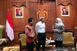 Gubernur Jawa Timur Khofifah Indar Parawansa (kanan) saat menerima kunjungan CEO Antara Digital Media, Darmadi (tengah) yang didampingi Kepala LKBN ANTARA Biro Jatim Slamet Hadi Purnomo (kiri) di Gedung Negara Grahadi di Surabaya, Jumat (24/1/2020). LKBN ANTARA memperkenalkan channel layanan ke publik untuk di dalam maupun luar ruang sekaligus meningkatkan kerja sama dengan pemerintahan di daerah. Antara Jatim/Fiqih Arfani/zk