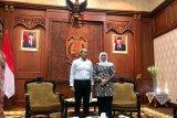 Gubernur Jawa Timur Khofifah Indar Parawansa (kanan) saat menerima kunjungan CEO Antara Digital Media, Darmadi (kiri) di Gedung Negara Grahadi di Surabaya, Kamis (24/1/2020). LKBN ANTARA memperkenalkan channel layanan ke publik untuk di dalam maupun luar ruang sekaligus meningkatkan kerja sama dengan pemerintahan di daerah. Antara Jatim/Fiqih Arfani/zk