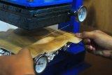 Petugas melakukan pencetakan piring pelepah pinang di tempat produksi Laboratorium Fakultas Teknologi Pertanian Universitas Jambi, Muarojambi, Jambi, Rabu (22/1/2020). Universitas Jambi melalui unit bisnis alumninya secara rutin sejak 2020 mulai memproduksi 210 buah piring dan mangkok ramah lingkungan dari pelepah pinang per hari sebagai alternatif pengganti styrofoam yang dipasarkan dengan harga jual antara Rp2.000 sampai Rp3.000 per buah. ANTARA FOTO/Wahdi Septiawan/hp.