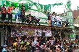 Festival Serak Gulo, ribuan warga Padang berjibaku merebut empat ton gula (Video)