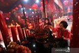 Warga keturunan Tionghoa melaksanakan sembahyang awal tahun 2571 di kelenteng Suci Nurani Banjarmasin, Kalimantan Selatan, Sabtu (25/1/2020). Sembahyang awal tahun merupakan rangkaian ritual hari Imlek 2571/2020 sebagai ungkapan rasa syukur atas berkah yang sudah didapat pada tahun sebelumnya. Foto Antaranews Kalsel/Bayu Pratama S.