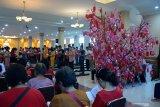 Umat Budha berdoa dan dilanjutkan kebaktian saat melaksanakan ibadah perayaan Tahun Baru Imlek di Vihara Buddha Sakyamuni, Banda Aceh, Aceh, Sabtu (25/1/2020). Ibadah menyambut perayaan Tahun Baru Imlek 2571 /2020 di sejumlah vihara di Aceh itu untuk memohon berkah, keselamatan dan bertobaat atas kesalahan serta memulai dengan harapan yang baru. Antara Aceh/Ampelsa.