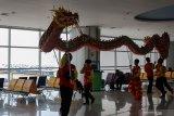 Penari Liang Liong mempertontonkan atraksi di Terminal 2 Bandara Internasional Juanda, Surabaya, Jawa Timur, Sabtu (25/2/2020). Pertunjukan Barongsai dan Liang Liong di area publik terminal tersebut bertujuan untuk menghibur pengunjung bandara dalam rangka menyambut Tahun Baru Imlek 2571. Antara Jatim/Umarul Faruq/zk